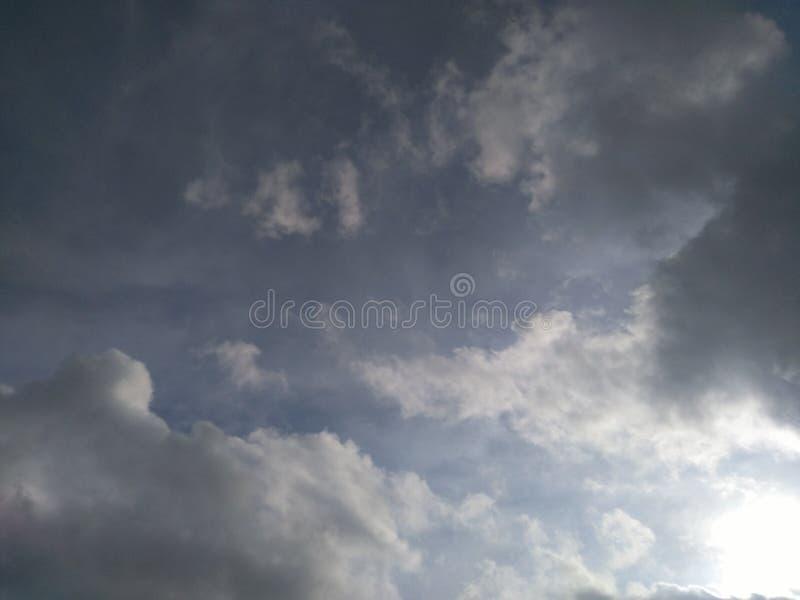 Bewölkt blauen Himmel stockbilder