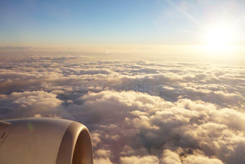 Bewölkt mit Sonnenunterganglicht lizenzfreie stockbilder