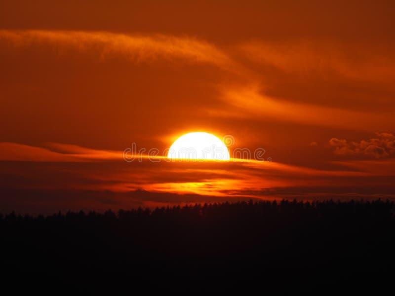 bewölkt Sonnenunterganglandschaftsabend stockfoto