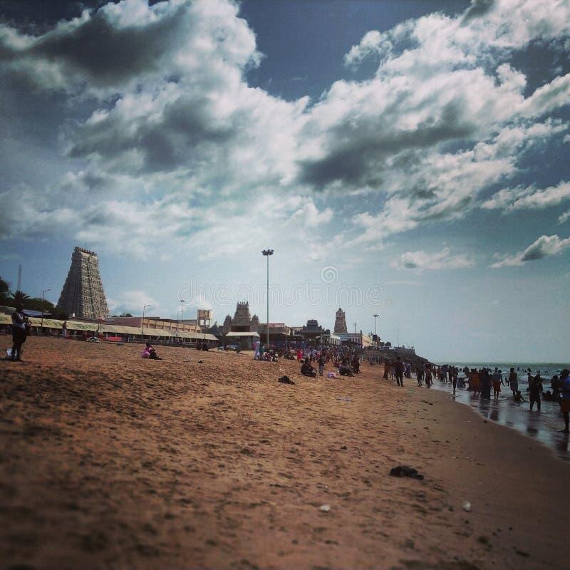 Bewölkt surronds der Tempel, Mischung des Landwassers und Ozean stockfoto