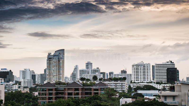 Bewölkt und Stadt lizenzfreie stockbilder