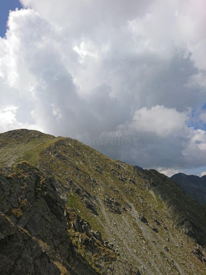 Bewölkte Berge stockbild