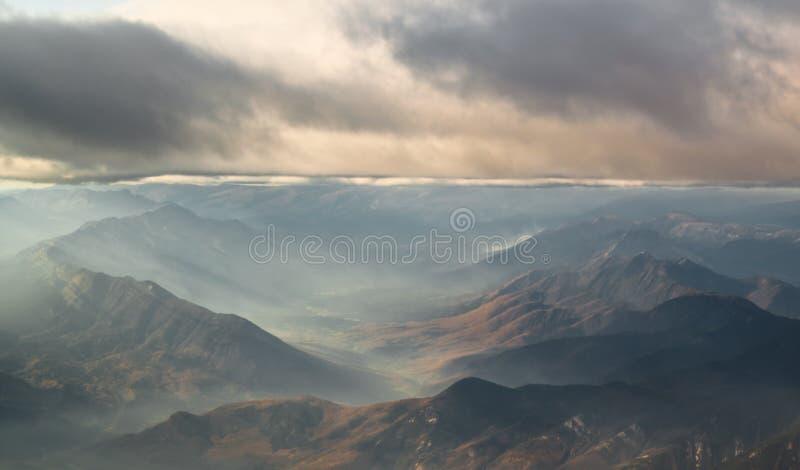 Bewölkte Berge stockfoto