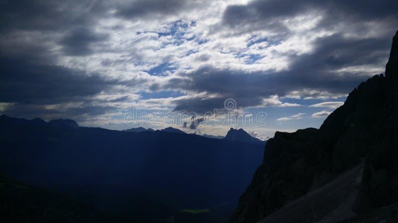 Bewölkte Berge lizenzfreie stockfotografie