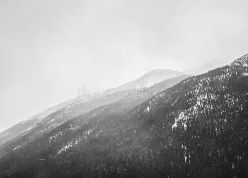 Bewölkte Berge stockfotografie