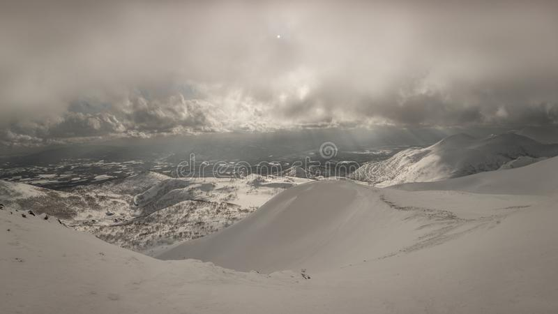 Bewölkte Gebirgslandschaft Snowy nahe Goshiki Onsen lizenzfreie stockbilder