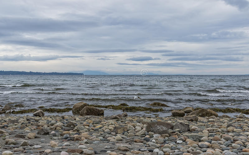 Bewölkte Himmel über dem Pazifischen Ozean und Rocky Beach lizenzfreie stockfotos