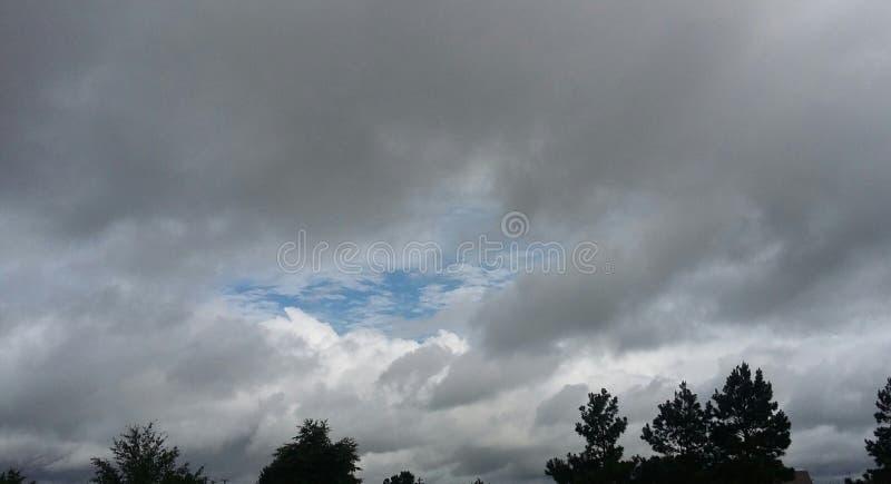 Bewölkte Himmel lizenzfreie stockfotografie