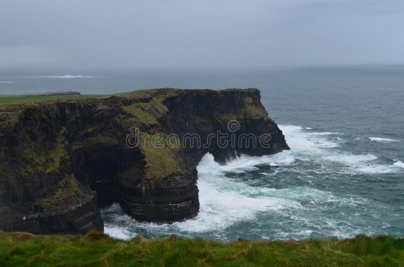 Bewölkte Himmel auf den Klippen von Moher in Irland lizenzfreie stockfotografie
