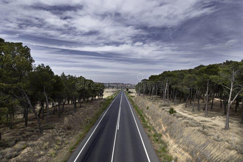 Download Bewölkte Landschaftsstraße stockbild. Bild von land, abstand - 26366097