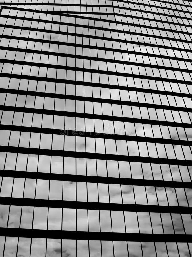 Bewölkte Reflexion auf Gebäude stockfotografie