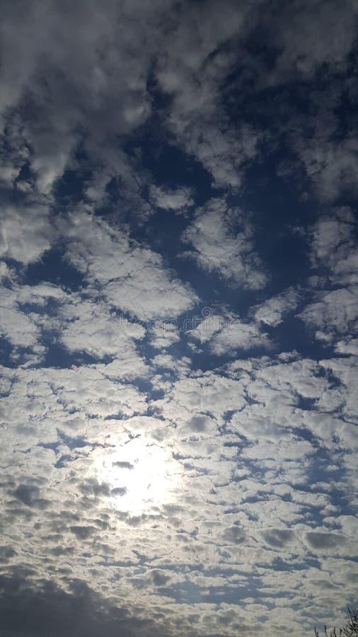 Bewölkte Sonne lizenzfreie stockbilder