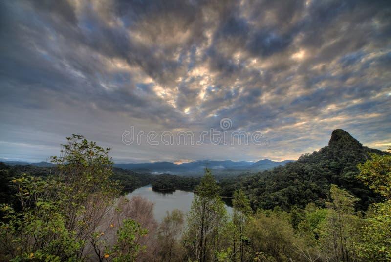 Bewölkte Sonnenaufgang nea Wasserverdammung lizenzfreie stockfotos