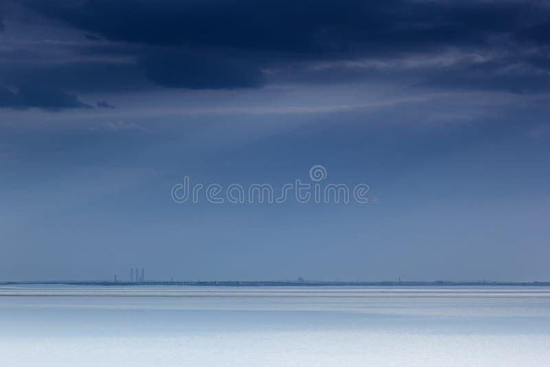 Bewölkter blauer unbedeutender Meerblick Verlassener Raum Horizontlinie stockfotos