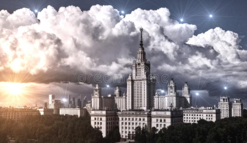Bewölkter Campus der berühmten Universität mit immergrünen Bäumen im Sonnenuntergang Moskau stockfotografie