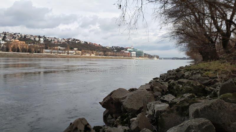 Bewölkter Fluss lizenzfreies stockfoto