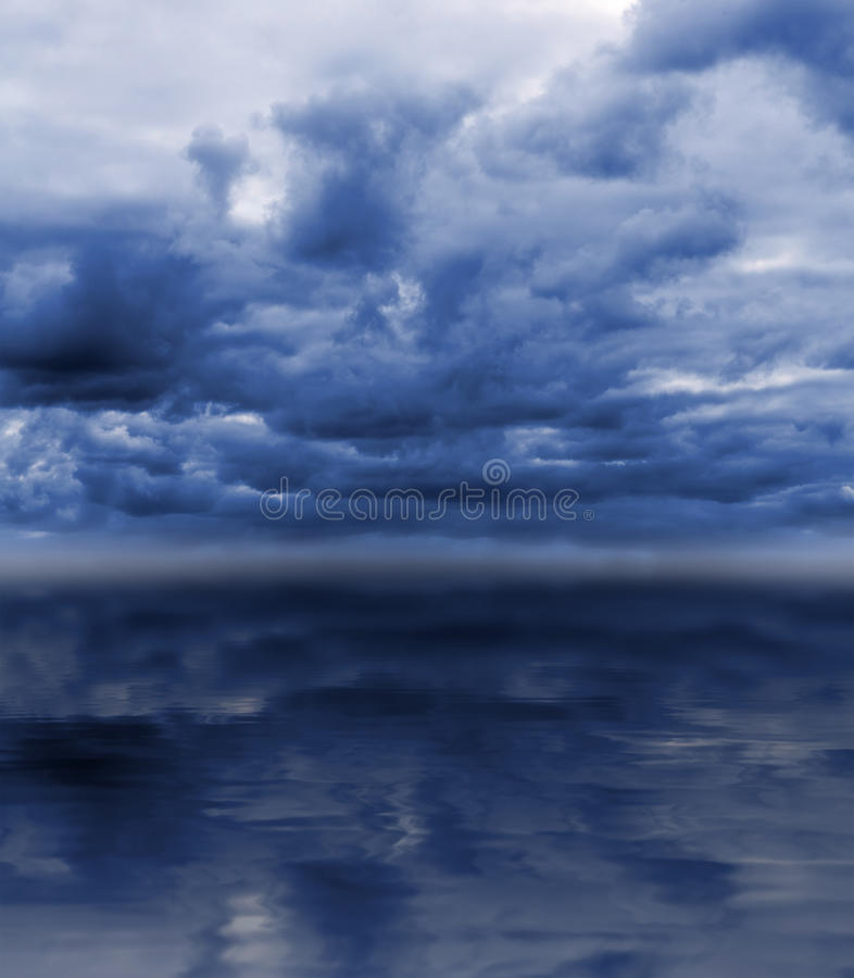 Bewölkter Himmel über Meer lizenzfreie stockbilder