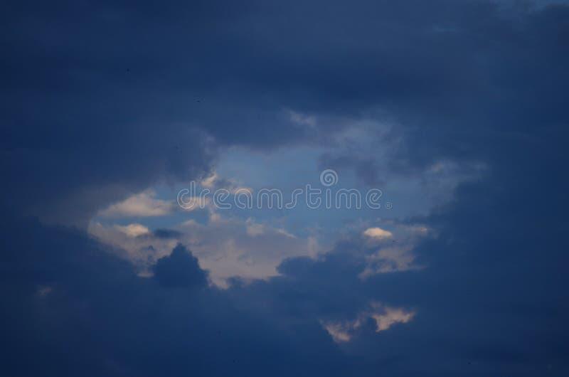 Bewölkter Himmel lizenzfreies stockfoto