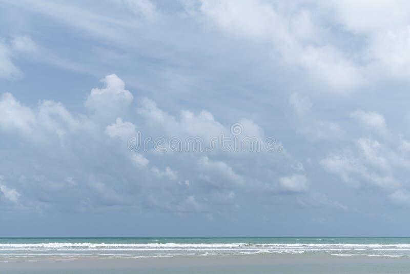 Bewölkter Himmel in der Mitte des Tages mit blauem Meer und weiße Welle in der Bild/background-Beschaffenheit/im blauen Himmel/in stockbild