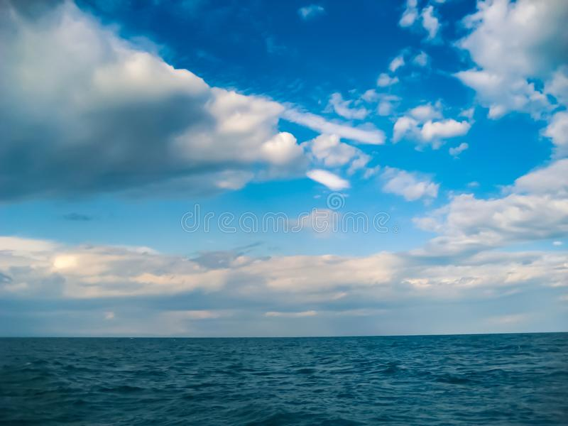 Bewölkter Himmel des Sommers über dem Baikalsee stockfotografie