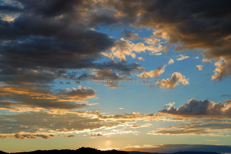 Bewölkter Himmel des Sonnenuntergangs   stockfotografie