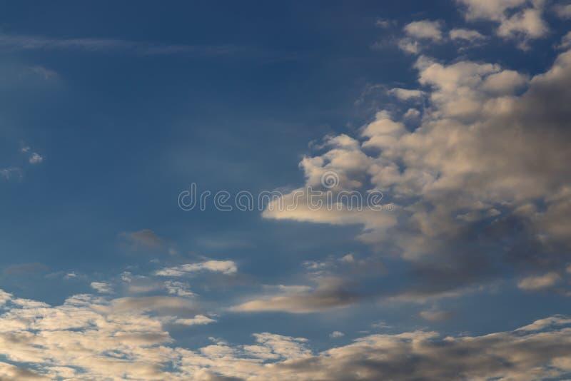 Bewölkter Himmel an einem Sommer-Tag lizenzfreie stockfotos