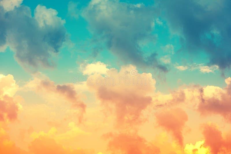Bewölkter Himmel Flammens Der Sonnenglanz durch die Wolken stockfotografie