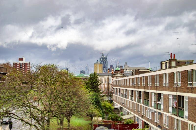 Bew?lkter Himmel Londons ?ber der Stadt mit H?usern stockfoto