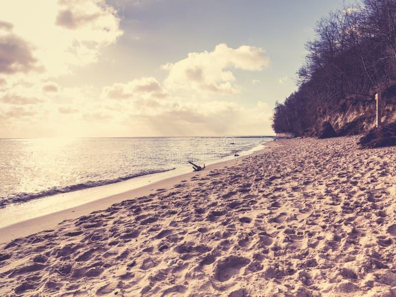 Bewölkter Himmel am Meer und am sandigen Strand stockfotos