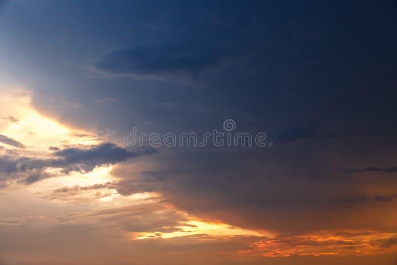 Bewölkter Himmel mit schweren Wolken stockfotos