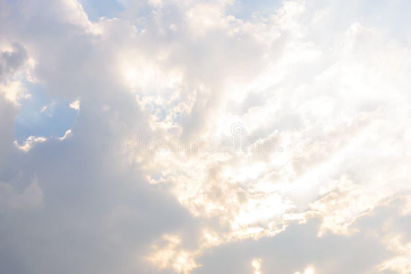 Bewölkter Himmel und großes schwarzes bewölktes vor starkem Regen und stürmisch lizenzfreies stockfoto