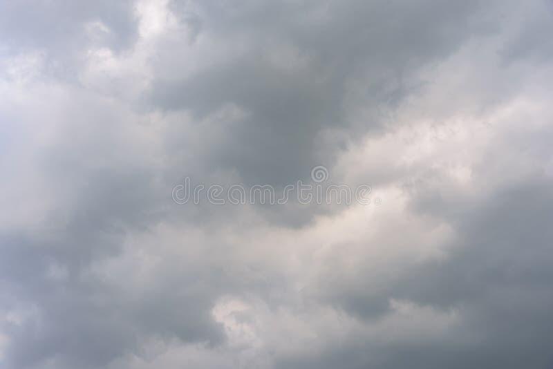 Bewölkter Himmel und großes schwarzes bewölktes vor starkem Regen und stürmisch lizenzfreie stockfotografie