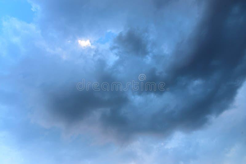 Bewölkter Himmel und großes schwarzes bewölktes vor starkem Regen und stürmisch stockbilder