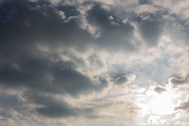 Bewölkter Himmel und großes schwarzes bewölktes vor starkem Regen und stürmisch stockfoto