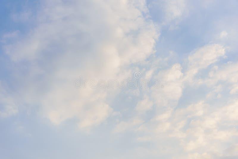 Bewölkter Himmel und großes schwarzes bewölktes vor starkem Regen und stürmisch lizenzfreie stockbilder