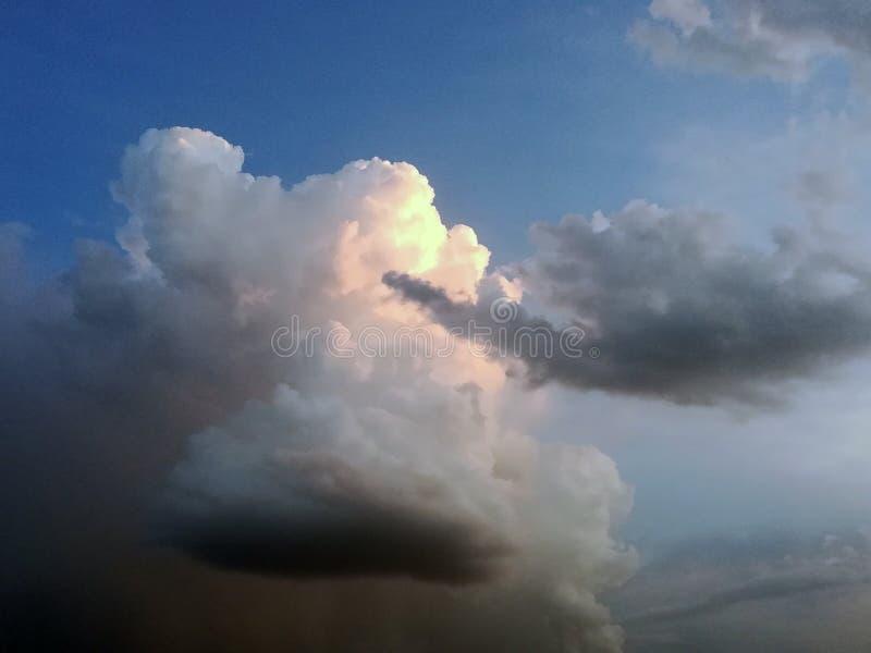 Bewölkter Hintergrund des bewölkten Himmels mit Regenwolke lizenzfreie stockbilder