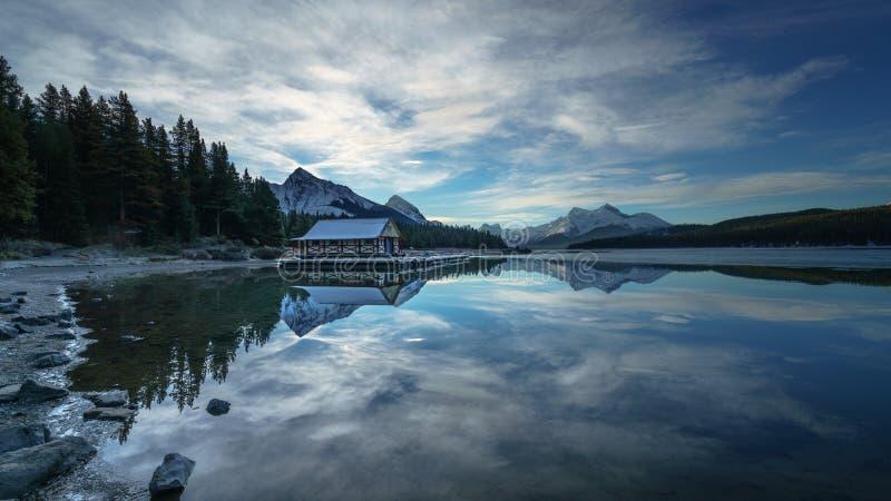 Bewölkter Morgen im Maligne See, Jasper National Park Alberta Kanada lizenzfreies stockfoto