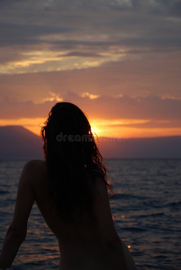 Bewölkter Seesonnenuntergang lizenzfreies stockfoto