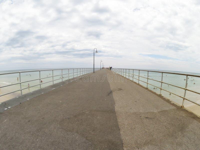 Bewölkter Sommertag auf dem Pier in Süd-Australien mit der Weitwinkelansicht lizenzfreies stockfoto