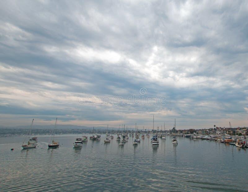 Bewölkter Sonnenaufgang über Newport-Strand-Hafen in Süd-Kalifornien USA lizenzfreies stockfoto