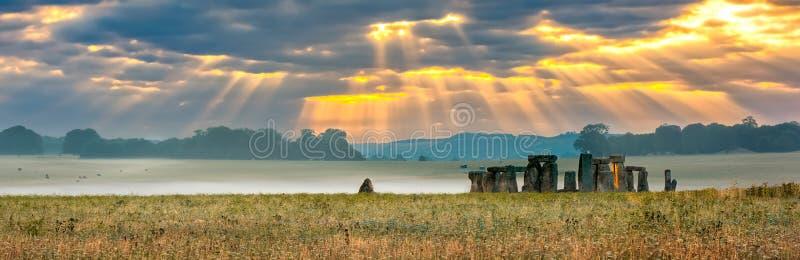 Bewölkter Sonnenaufgang über Stonehenge stockfotografie