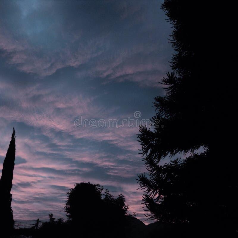 Bewölkter Sonnenaufgang lizenzfreies stockfoto