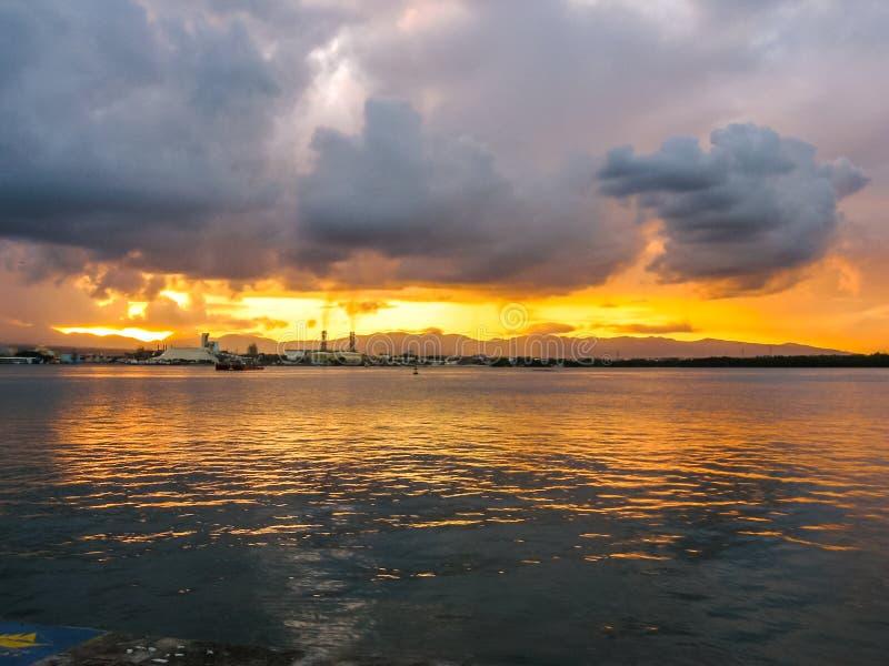 Bewölkter Sonnenuntergang über dem Meer lizenzfreies stockfoto