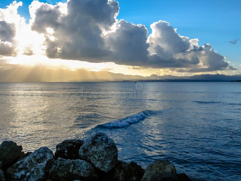 Bewölkter Sonnenuntergang über dem Meer lizenzfreies stockbild