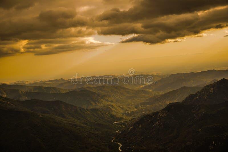 Bewölkter Sonnenuntergang über Mammutbaum-Nationalpark lizenzfreie stockfotografie