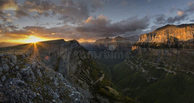 Download Bewölkter Sonnenuntergang stockbild. Bild von leuchte - 27727481