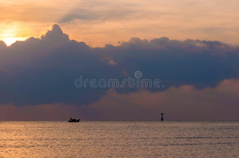 Bewölkter Sonnenuntergang lizenzfreies stockfoto