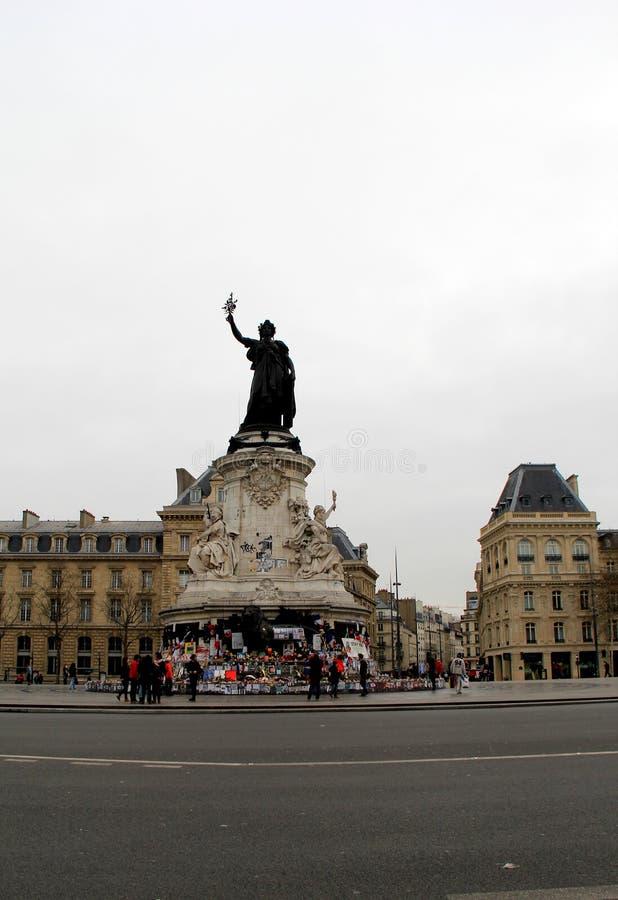 Bewölkter Tag mit den Leuten, die nahe Place de la Republique, Paris, Frankreich, 2016 stehen stockbild