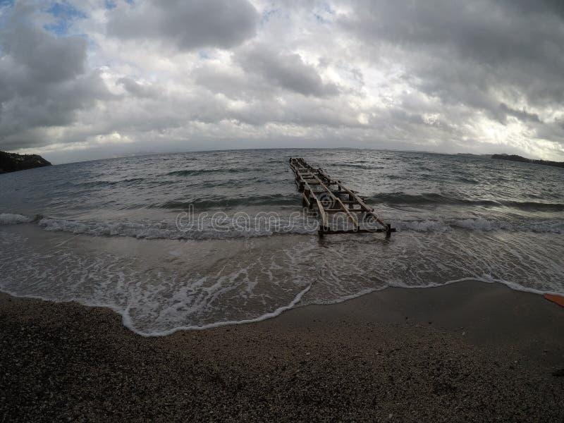 Bewölkter Tag am Strand stockfotos