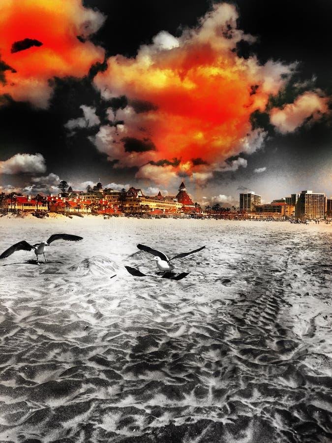 Bewölkter Tag am Strand lizenzfreie stockbilder